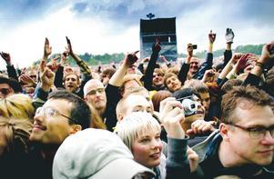 Trots regn var publiken glad, nöjd och diggande, här under Pixies-konserten