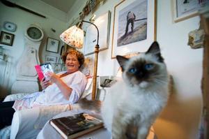 Kicki Biärsjö bor i en lägenhet i Stockholm med katten Musse. Men numera kallar hon sig inte singel utan självbo.