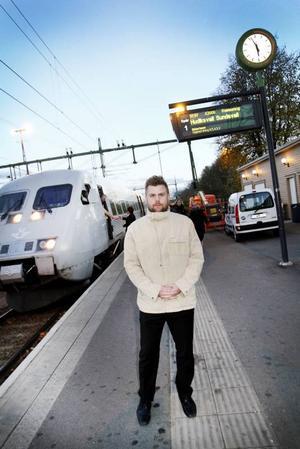 Arg tågpendlare. Mats Danielsson från Gävle pendlar fem dagar i veckan med SJ till Uppsala. Nu börjar han få nog efter SJ senaste prishöjning av månadsbiljetten.
