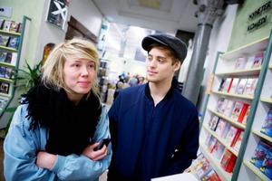 Julia Ageskär och Christoffer Svensson har ändrat sina datorvanor efter Pirate Bay-domen. – Jag har alltid hyrt mycket film, så det har nödvändigtvis inte blivit någon skillnad där. Däremot laddar jag inte längre ner filmer från internet, säger Christoffer.