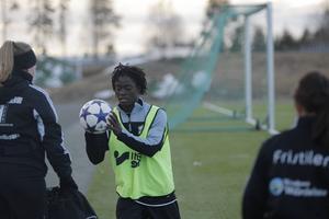 KD/55 har i nuläget två utländska spelare i truppen men fler är på väg in. Här tränar 17-åriga Tabitha Chawinga från Malawi i södra Afrika.