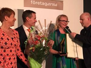 Zandra Gröndal (andra från höger) tar emot utmärkelsen Årets företagare. Till vänster står Karin Ringsby, Företagarna och Dan Nygren, Falu kommun. Längst till höger Pelle Marklund, Företagarna.