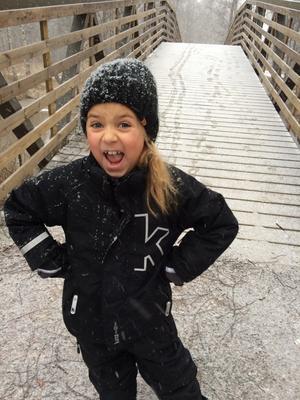Thella Widén tog en promenad i Rynninge när snön kom på söndagseftermiddagen.