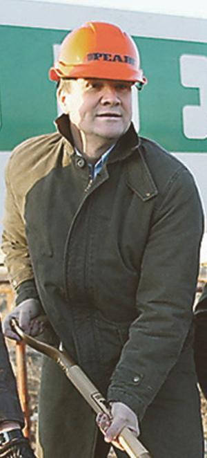Anders Lago i Peabhjälm i samband med första spadtaget till Fotbollsarenan.