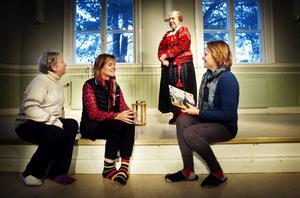 Snart premiär för TIngshusteaterns tablåer om Delsbostintan: Ewa Henningsson, Lisette Boman och Monika Wilkens tar del av Delsbostintan Margareta Löfstrands berättelser.