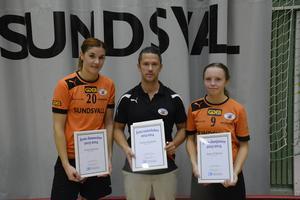 IBF Sundsvall vann säsongspremiären mot Storvreta med 7-5. Frida Eriksson (vänster) gjorde två mål och Agnes Wiklund (höger) gjorde tre. De låg bakom segern. I mitten står tränaren Tomas Stenlund.