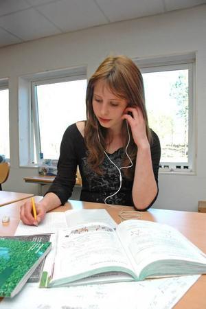 PLUGGAR. Miriam Bichsel räknar matte samtidigt som hon lyssnar på sin ipod.