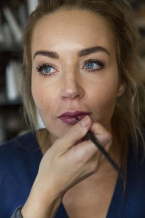 Linda målar Pernillas läppar med en läpp-pensel. – Det är inget måste men med en pensel är det lätt att få det snygt, säger Linda.