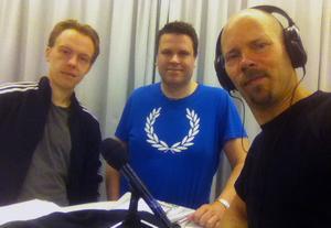 Ny podd. Jonas Brännmyr, Henrik Brändh och Gabriel Rådström snackar speedway i premiärprogrammet.