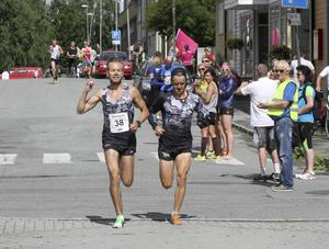 Perra Hellström i Sportsgym avslutar tredje dagen. Gamle kompisen från Hallen, Olle Olsson springer med in i mål. Olle sprang näst sista sträckan, men var även startman i Hallkutarnas lag.    Foto: Thord Eric Nilsson.