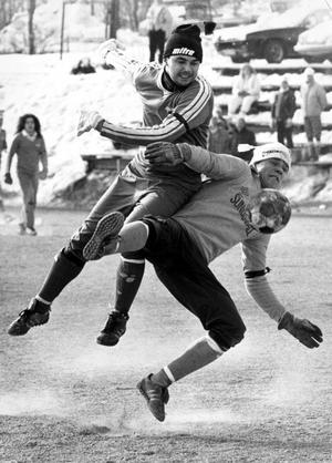 Mats Dalin i IFK Sundsvall går i gruset på Spillvärmen 1986.