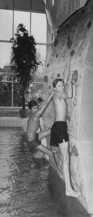 Jonas Laine och Martin Wollerstam visar på vighet när de klättrar på klätterväggen vid bassängen.