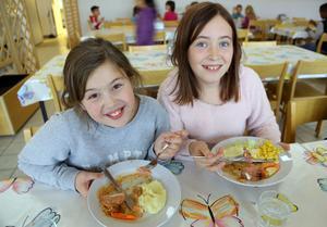 Stella-Maria Hampus Dahl och Elin Kvarnström gillade den gratinerade falukorven som serverades i Hede.