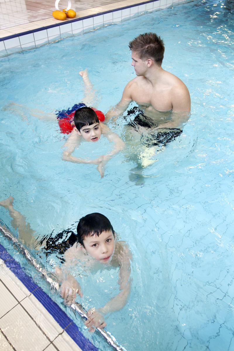 Alla bor lara sig simma i skolan