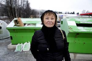 Återvinningskärlet för tidningar är återigen överfullt. Beatrice Bech-Hansen vill se bättring från FTI som är de som ansvarar för tidningsinsamlingen.