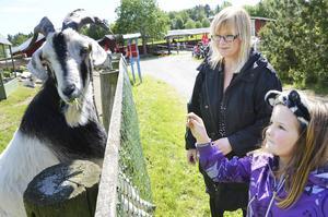 Mea och Nikolina Engström kommer från Järpen men bor i Borås. De är på semester i länet och besökte Frösö zoo under säsongspremiären.