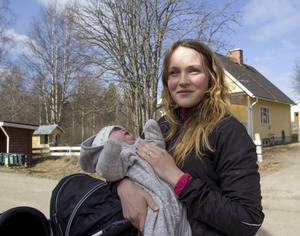 Sofie Johansson med dottern Elsa, åtta veckor.