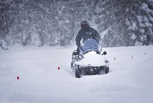 Polisen stoppade två avställda skotrar i Järvsö under den gångna helgen. En av förarna misstänks för olovlig körning.