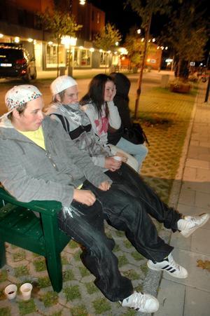 Mattias Widlund, Johannes Wingemo och Linn Lassander sitter och snackar på en bänk.