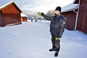 Minst tre vargar passerade Lars-Erik Bergmans hus på byvägen söderut. De iakttogs också av bybor tidigt på måndagsmorgonen.