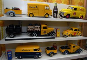 Ett av Ove Anderssons tema är bilar med reklambudskap.