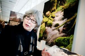 Helena Hernmarck med ett av sina vackra textilkonstverk - den till Dalarnas Museum tillverkade