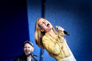 Säsongsinvigning. Linda Bengtzing var först ut i den stora musiksatsning som görs i Furuviksparken i sommar. Sådär, kändes det.