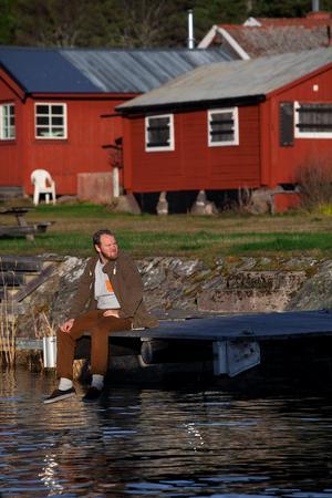 Carl Hedlund kommer ifrån Dalarna och har tillbringat alla sina sommarlov på Agön där hans farfar köpte en stuga på 50-talet.