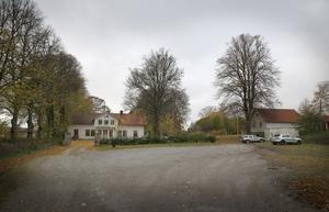 Vid Igelsta gård har Frimurarna bostadsplaner om seniorboende på vardera sidan en allé som ska gå fram till den gamla herrgården. Till höger ses det uthus som skulle kunna bli gemensamhetslokal, vilket krävs för att få kallas seniorboende.