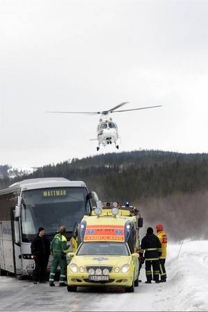 Skoterföraren fördes med  ambulanshelikopter till Östersunds sjukhus för vård.