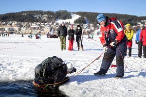 Ulf Johansson från Svenska livräddningssällskapet assisterar Lars Landgren, som var först ut av alla i plurrövningen.