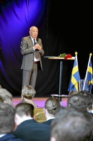 Avgångstal. Gymnasiechef, Leif Lindström, höll avgångstal till studenterna.