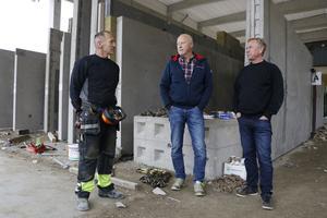 Per Olsson, till vänster, ansvarar för utleveranserna av färdiga byggelement. Här är han i samspråk med Yngve Hegardt och Dennis Beckman, Nybetongs ägare.