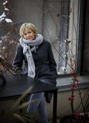 Spanare debuterar.  Gabriella Ahlström skapar kvävande stämning.