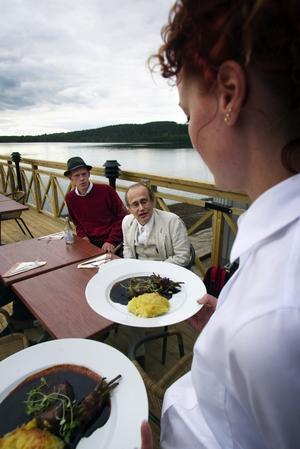 Ville sitta ute. Kvällens husband, Jari Antell, Johan Silfverin och Erik Blomquist föredrog att äta ute på altanen. Här blir de serverade av Ylva Dahlfors, en av tolv som jobbade hårt hela tiden.