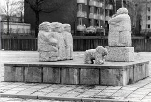 """""""Då och nu"""". Sven Lundqvist skulpturgrupp på Brynäs brukar även benämnas """"Folktalaren""""."""