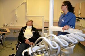Nyfiken på nya lokaler. Maritha Brandensjö Mogren testligger i klinikens nya stolar samtidigt som hon får information från tandhygienist Kristin Hildingsson.