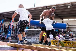 Gladiatorn Pansar lämnade gatloppet efter en stund och gick till balansgången där barnen fick försöka ta sig förbi honom.