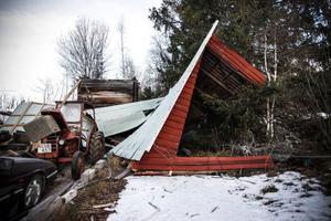 Hos Annika Bäckman och Christer Borgsten i Valne hade traktorgaraget flugit iväg och landat mot en större gran.