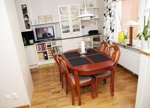 Matplats mot gården. Bordet följde med från huset i Surahammar. Mot väggen har paret byggt vidare med köksskåp och -skiva och fått mer förvaring.