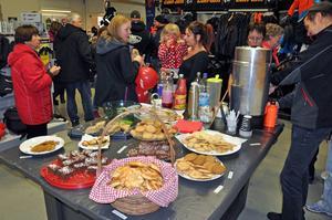 Kakor och bullar i massor fanns att äta hos skoterhandlarna.