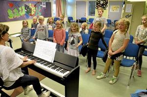 Sjunger Jojje. Barnkören Sångklubben övar in visor av Jojje Wadenius inför en vårkonsert i Folkets park 9 maj.