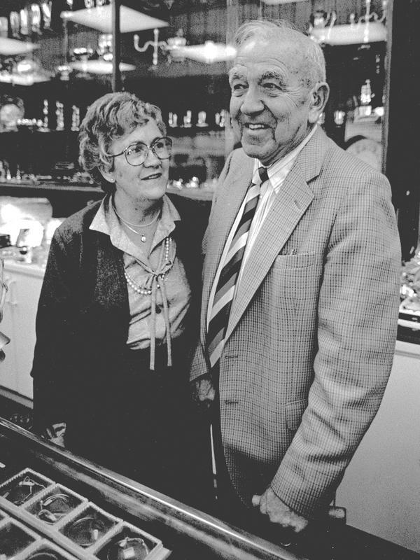 År 1983. Maggie Granström och hennes farbror Eric Ericsson i den nya butiken på Järnvägsgatan. Bilden togs i samband med guldsmedsaffärens 60-årsjubileum.