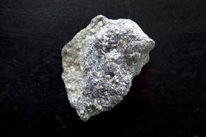 Stina Danielsson visar exempel på malmtyper som finns i Falu gruva.
