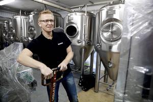 Det är många olika komponenter som ska baxas på plats och monteras i det nya bryggeriet.