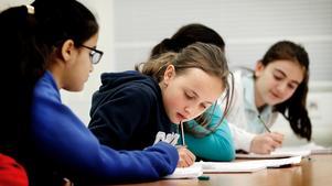 Ksenia Morozova, 11, får tips av en klasskamrat.