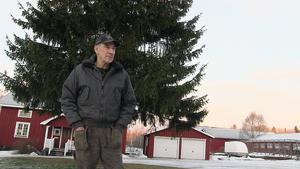 Arnold Andersson i Vamsta är bedrövad  efter trafikverkets beslut, ett beslut som kommer att påverka honom och driften av gården väldigt mycket.  – Det förstör ett fritidsområdet som brukas av så många boende här i trakten. Här finns många hästägare med säkert 60 hästar som blir väldigt negativt påverkade. Trafikverket säger att den här lösningen är den bästa,  men  det är ju tvärtom - den förstör för all framtid. Trafikverket verkar inte vara  insatta i frågan.  Jag ser faktiskt inget bra med det här förslaget .