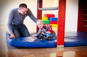 Samuel Nordman 1,5 år hänger på öppna förskolan med pappa Martin Nordman.