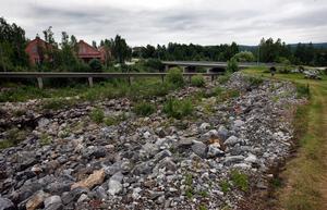 I dag kan man om man är observant skymta grunden till Dan Lindebergs villa, som eldades upp i sambad med översvämningen i Medelpad 2000.