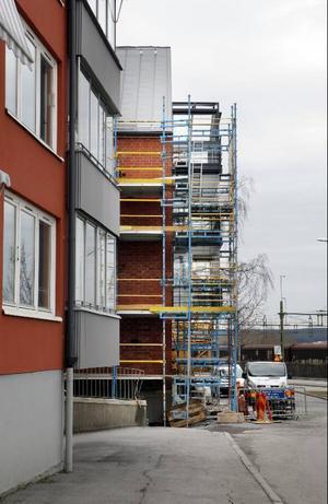 Det nybygda huset på Köpmangatan hamnade en och en halv meter för långt fram. Nu kan företaget bakom bygget tvingas betala dryga böter.